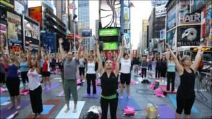 Un grupo de personas hace yoga en Nueva York
