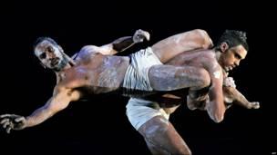 Bailarines del Teatro de Danza de Bangarra en Sidney, Australia
