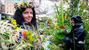Mujer vende guirnaldas en Riga, Letonia