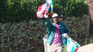 Kijana akiuza bendera za nchi mbalimbali zilizowakilishwa kwenye Kombe la Dunia