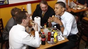 Obama y Medvedev comen hamburguesas