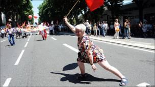 Una mujer protesta en Francia