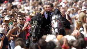 Dos hombres a caballo