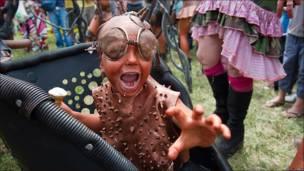 "Un niño con un disfraz ""post-apocaliptico"""