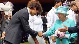 La reina de Inglaterra saluda a Roger Federer