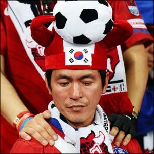 Seguidor coreano, apenado tras ser eliminada Corea del Sur del Mundial de Sudáfrica.