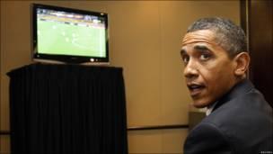 El presidente de Estdos Unidos Barack Obama, viendo un partido del Mundial de Sudáfrica 2010.