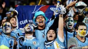 Seguidores de Uruguay celebran el paso a cuartos en el Mundial de Sudáfrica 2010.