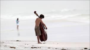 Músico tocando en la playa de Destin, Florida.
