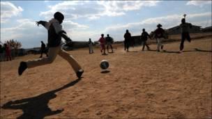 Южноафриканские мальчишки играют в футбол