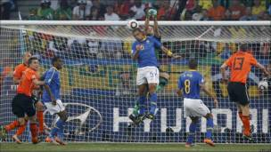 Gol en propia meta de Felipe Melo.