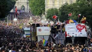 Caravanas de la marcha gay por el centro de Madrid