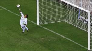 Muslera vuela, pero no pudo hacer nada ante el gol de Gio van Bronckhorst