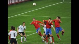 Puyol se eleva... Gol de España...