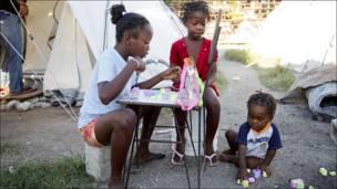 Niños juegan en Puerto Príncipe.