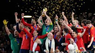 España levanta el trofeo