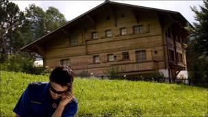 Policía toma notas ante el chalet de Polanski en Suiza
