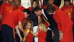 Selección española con la familia real