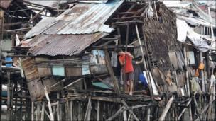 Un hombre arregla su casa en Las Pinas.
