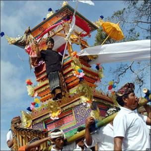 "Balineses transportan una torre ""Bade""."