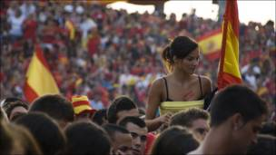 Жители Валенсии смотрят финал чемпионата мира по футболу