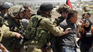 Soldados israelíes detienen a un palestino
