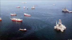 Barcos trabajan en el derrame