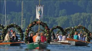 Botes decorados con flores en Alemania