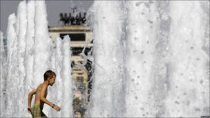 Un niño se baña en una fuente de Moscú