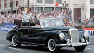 Дженсон Батон на автомобиле в центре Москвы