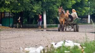 Женщины на телеге в молдавской деревне