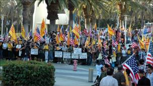Vietnamese Americans demonstrated outside Tinh vao ha music show