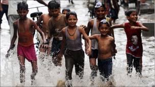 Niños en las inundaciones de la India
