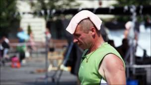 Hombre con un paño frío en la cabeza