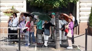 Turistas con sombrilla