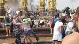 Gente echándose agua