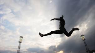Salto del nigeriano Stanley Gbagbeke en el Campeonato Nigeriano de Atletismo en Nairobi, Kenia