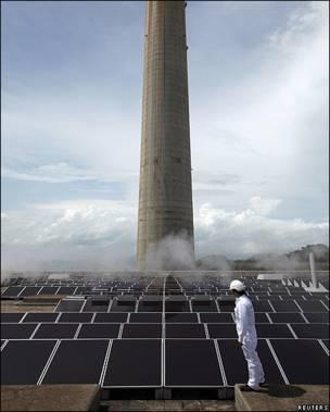Trabajador revisa paneles solares en Hong Kong