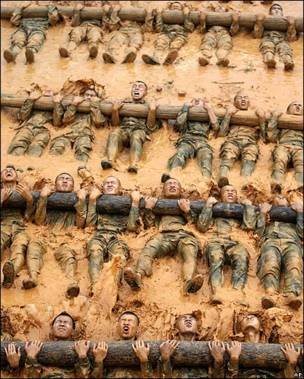 Soldados chinos en lodo