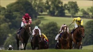 Jinetes durante una carrera de caballos en el hipódromo de Chepstow en Monmouthshire, Gales
