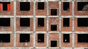 Trabajador en un edificio en construcción en Gushi, ciudad situada en la provincia china de Henan