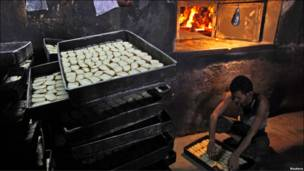 मीठी ब्रेड बनाने वाली फैक्ट्री में काम करता श्रमिक