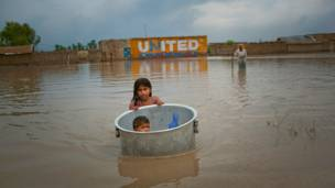 طفلة تنقل اخاها في سطل طاف في بوكس سيلرو