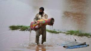 ناج يحمل سجادته المثقلة بالطمي