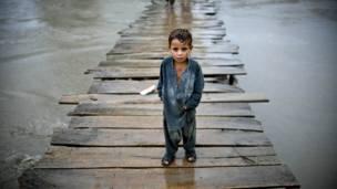 طفل يعبر جسرا باتجاه بلدة شاه علم في ضواحي بيشاور