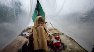 سيدة تحتمي بخيمة صنعتها من اغطية البلاستيك في ازاكل قرب مدينة بابي شمالي غرب البلاد