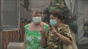 Две пожилые женщины в масках