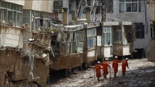 Rescatistas buscan sobrevivientes en la provincia de Gansu, tras los deslaves