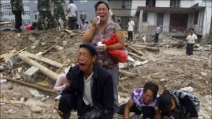 Familiares lloran a sus víctimas de los deslaves en China