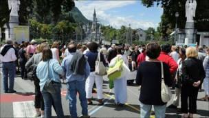 Gente agolpada frente a los santuarios de Lourdes